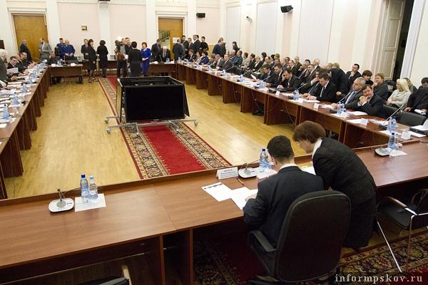 На фото: первая сессия Псковского областного Собрания V созыва