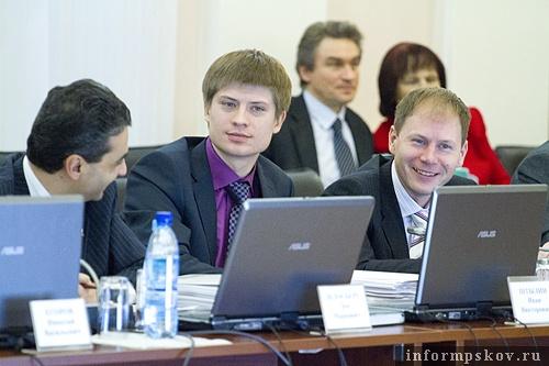 Молодые Иван Штылин (в центре) и Аркадий Мурылёв (справа) из стана коммунистов после избрания в областное Собрание вскоре перешли на госслужбу