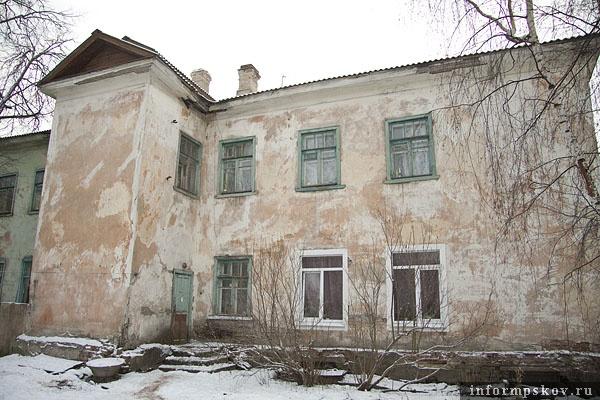 На фото: ул. Детская, дом 4 (вид со двора)
