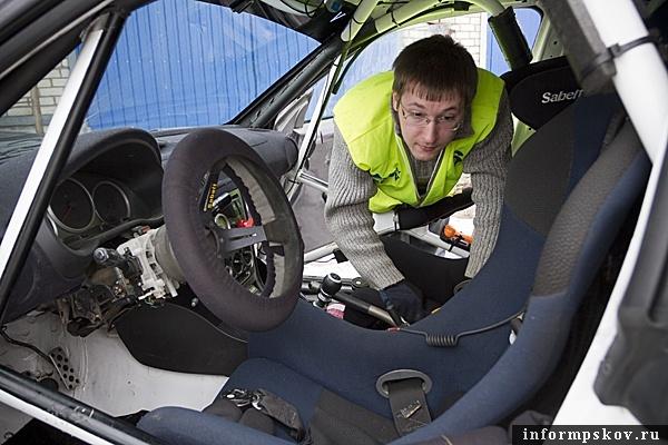На фото: проверка боевого автомобиля