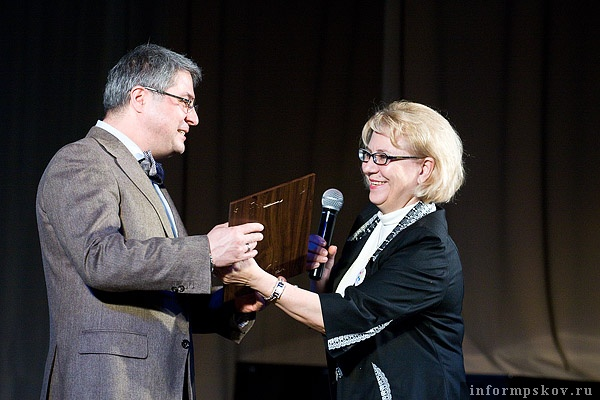 На фото: Лидия Евтушенкова вручает благодарность Дмитрию Месхиеву