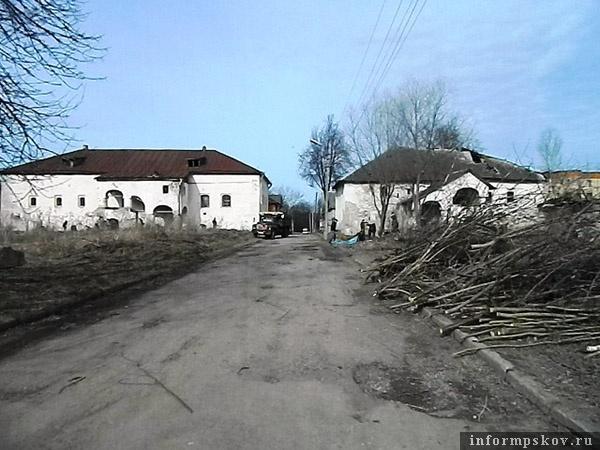 На фото: субботник у Дома Печенко и Солодежни