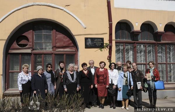 На фото: участники торжественной церемонии  открытия мемориальной доски Леониду Зурову
