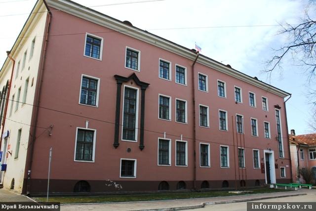 На фото: здание банка, ныне районная администрация