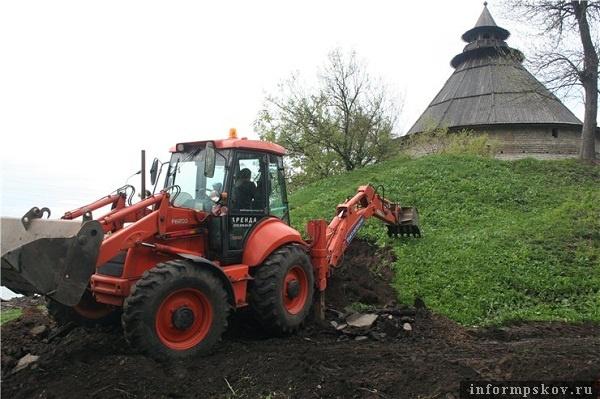 На фото: бульдозер работает у основания Покровского бастиона