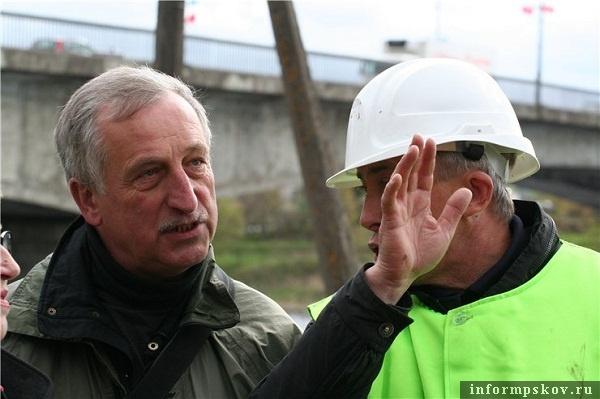 На фото: общественники и строители