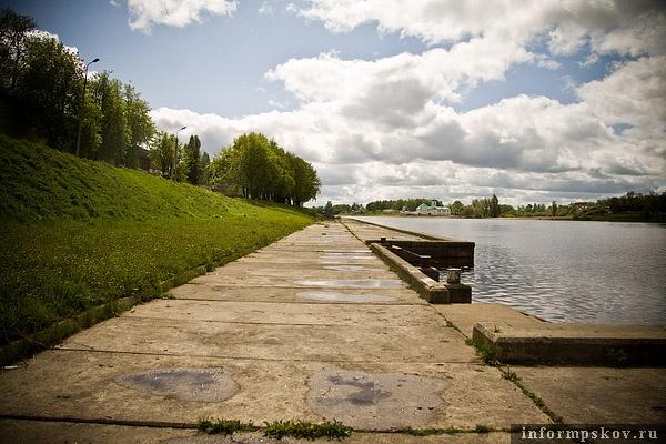 На фото: набережная реки Великой