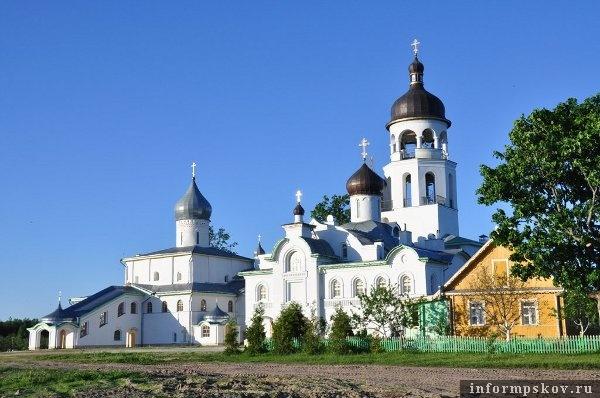 На фото: Иоанно-Богословский Савво-Крыпецкий монастырь