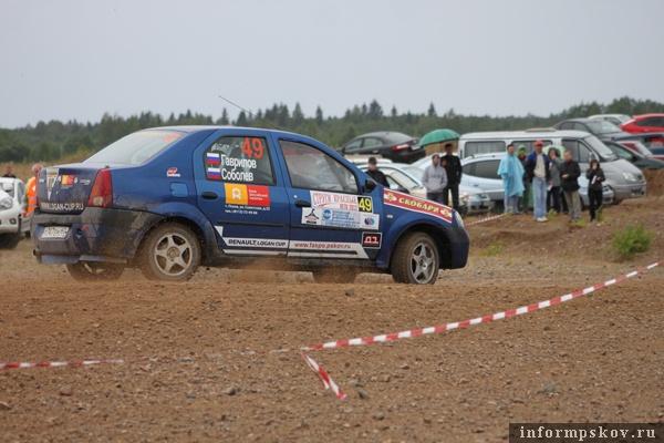 На фото: участники гонки на трассе