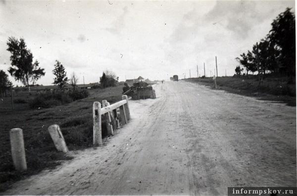 На фото: Позже танк с оторванной частью башни с мостика отбуксировали вперед, впереди него еще один БТ-7, подбитый и упавший в канаву.