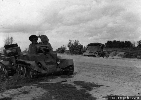 На фото: Позади БТ-7 с сорванной башней еще два танка БТ. У переднего на башенном люке знак воздушного опознания Белый крест, наносившийся на советскую бронетехнику в Прибалтике. Это, а так же то, что это танк с так называемой зенитной башней (круглый поворотный люк с турелью под пулемет, практически все танки БТ с зенитной башней были отгружены в Прибалтийский военный округ), позволяет предположить, что эта машина из состава 12 мехкорпуса (группы полковника Орленко).