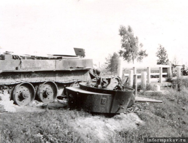 На фото: БТ-7, таранившая немца, с сорванной взрывом башней.