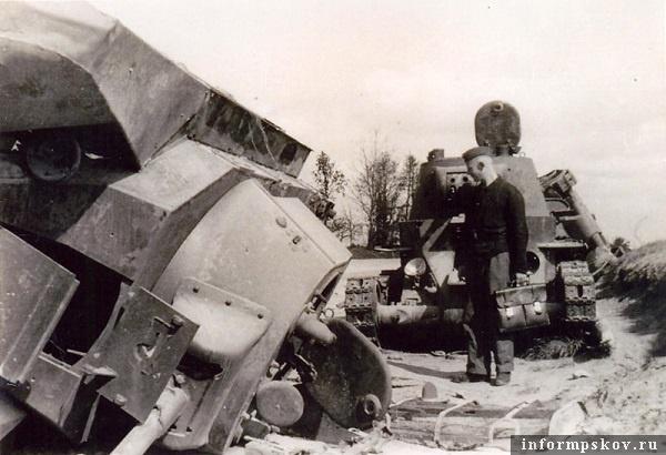 На фото: Позже танки, мешавшие движению по шоссе, убрали, опрокинув некоторые из них влево с дороги.