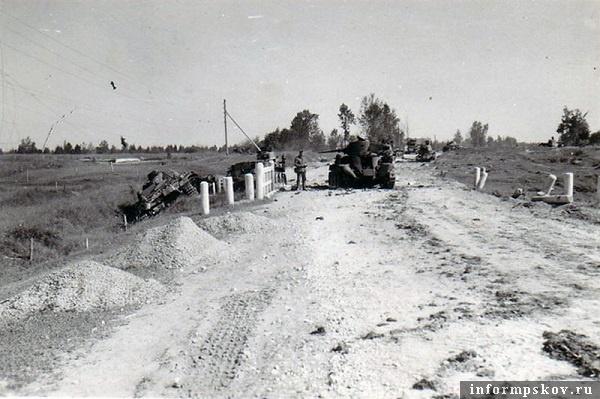 На фото: Поворот перед перекрестком (со стороны Пскова), где разгорелся бой и где произошли тараны. Слева в канаве сбитый тараном  Pz.III 712. Таранившему его танку БТ-7 взрывом боекомплекта сорвало башню.