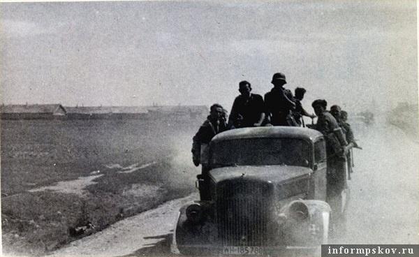 На фото: Гдовское шоссе. Свинарники севернее деревни Алмазово (ул. Алмазная).