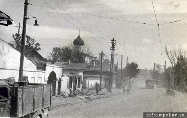 На фото: Колонна движется по ул. Леона Поземского. Слева церковь Варлаама Хутынского. По ул. Леона Поземского ходил трамвай (маршрут № 1), в кадре трамвайные пути.