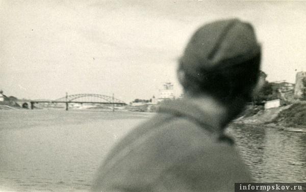 На фото: Вид с наплавного моста на взорванный мост Красной армии.