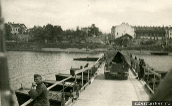 На фото: Колонна выезжает на наплавной мост (понтонно-мостовой парк Brueckengeraet C). Мост наведен на ул. Детская.