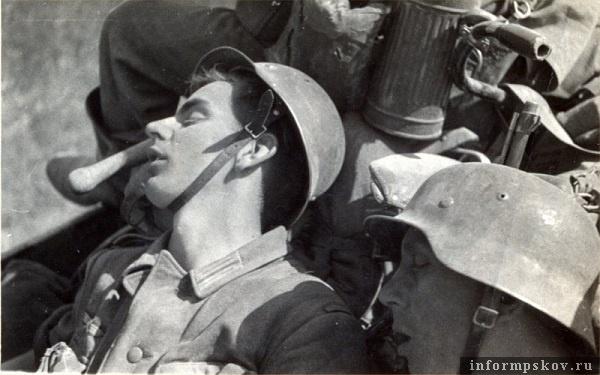 На фото: Позади за спящими солдатами, в кузове сложены ранцы, плащ-палатки, велосипеды.