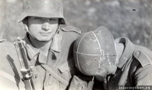 На фото: Блицкриг оставлял немецкой пехоте на сон 4-5 часов, поэтому солдаты спали при первой же возможности. В кузове грузовика, едущего к Пскову.