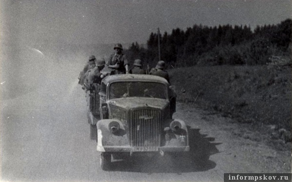 На фото: Трёхтонный грузовик Opel Blitz 3,6-36 S из состава 36-й моторизованной дивизии (об этом говорит нарисованный на левом крыле знак 36.id(mot), белый мальтийский крест) везет пехотинцев 58-й пехотной дивизии по Рижскому шоссе к Пскову.