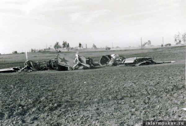 На фото: Севший на вынужденную бомбардировщик СБ-2М-100А у шоссе севернее Острова.