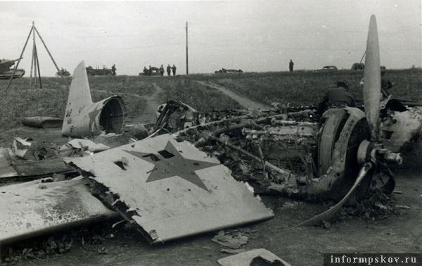 На фото: На фото видно, что у самолета при посадке горел правый двигатель и баки в правом крыле.
