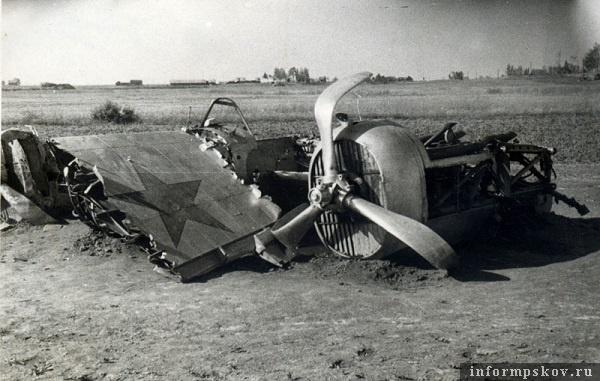 На фото: К сожалению мы пока не можем сказать, какому авиаполку принадлежал этот СБ, но вполне может быть, что это самолет 35-го СБАП. Именно такие СБ-2М-100А, цвета неокрашенного алюминия и были в этом авиаполку.