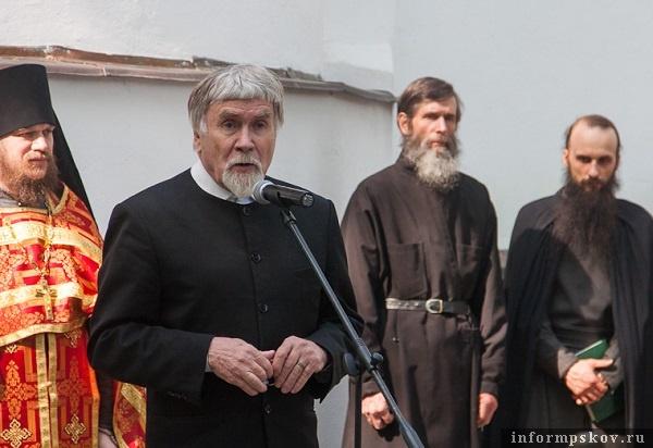 На фото: Лиитературный критик и публицист Валентин Курбатов (второй слева). Фото с сайта Pskov.ru