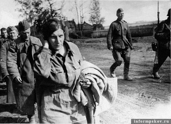 На фото: Удивительное дело, но на одном из немецких интернет-аукционов мне удалось найти фотографию момента пленения моей бабушки. Остров, 4 июля 1941 года. Их конвоируют от железнодорожного вокзала в городок Остров-3.