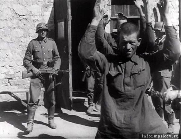 На фото: Постановочный кадр из Die Deutsche Wochenschau № 568 от 23.7.41. Взятие пленных в Пскове. Перед этим немец картинно выбил прикладом оконное стекло и из двери пошли красноармейцы с поднятыми руками. Немец позади уже где-то прибарахлился. У него в руках раритет, пистолет-пулемет ППД-34/38 позднего выпуска (т.н. 2-ой образец). Этот довольно мелкосерийный пистолет-пулемет, чаще всего поступал на вооружение частей НКВД.