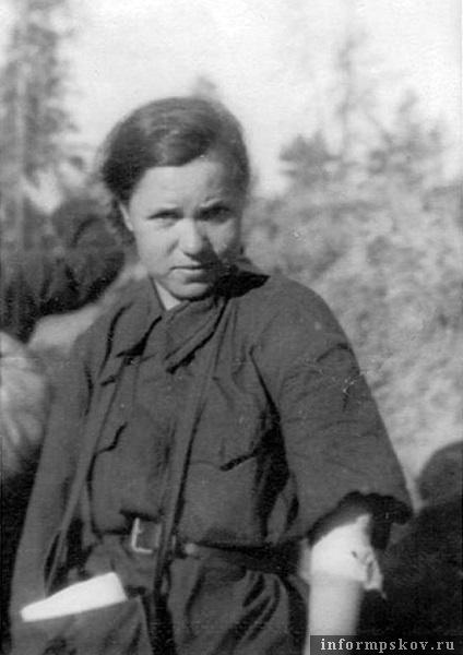 На фото: Пленная санинструктор. Фото из альбома захватившей Псков 36-й моторизованной дивизии. На фото видно, что девушка ранена в руку.