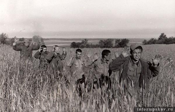 На фото: Серия фотографий 501-й роты пропаганды (Propagandakompanie 501). Эта рота пропаганды действовала на северо-западном направлении, в том числе и районе Пскова. Пропагандистам предписывалось снимать так называемых тюркфолькер (военнопленных с азиатскими чертами лица). Так создавалась легенда о монгольских ордах.