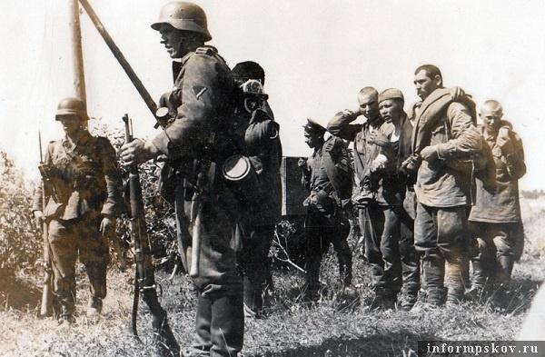 На фото: Среди пленных было много раненых. Практически никакой медицинской помощи им не оказывалось. Помощь оказывали лишь врачи из числа военнопленных,  при этом выделялось минимум медикаментов.