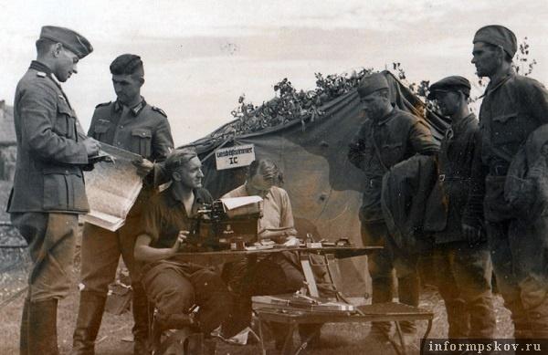 На фото: Разведотдел IC за работой. Допрос советских военнопленных.