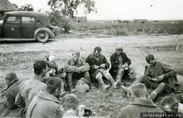 На фото: Группа военнопленных на работах на аэродроме Коровье Село. Как видим, им удалось раздобыть картошку. Август 1941 года. Фото из коллекции Андрея Иванова.