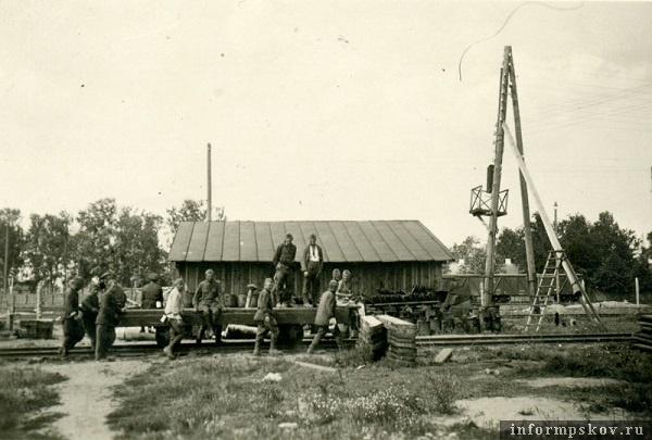 На фото: Группа военнопленных на станции Псков-2. Фотографировал немец из мостостроительного батальона, занимавшегося восстановлением железнодорожного моста через Великую. Июль 1941 года.