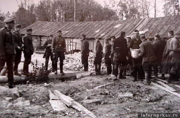 На фото: Пленные на работах. Псков. Точное место не установлено. Осень 1941 года.