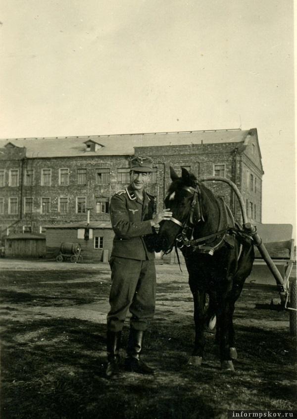 На фото: На данной фотографии этот же унтер-офицер наземных частей люфтваффе у казармы кавдивизии. Сейчас это здание на территории городка 234-го полка 76-й гвардейской ДШД. Это совсем рядом с Шталагом.