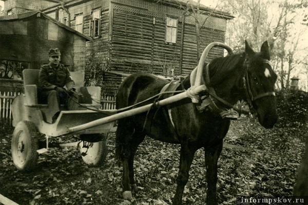 На фото: Оберефрейтор наземных частей люфтваффе из Fliegerhorst-Kommandantur E 15/I у здания бывшего офицерского флигеля на теперешней ул. Мирной (полуразрушенный дом № 4).