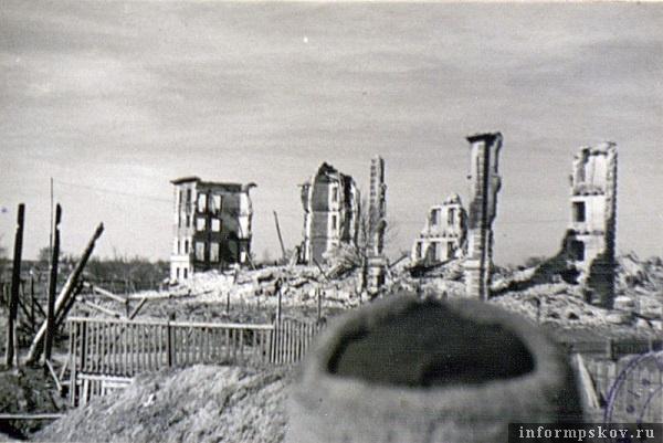 На фото: Весна 1944 года. Один из домов командного состава военного городка Порхов-2 у дороги Порхов-Дно. Фото из альбома Боевой путь 16-й отдельной танковой бригады.