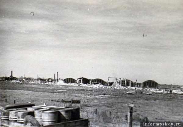 На фото: Весна 1944 года. Разрушенный городок. Фото из альбома Боевой путь 16-й отдельной танковой бригады.