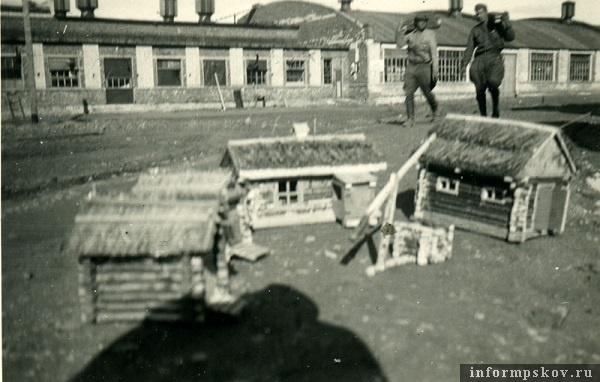 На фото: Подпись на обороте фотографии: В России 1942 год. Маленькие домики, сделанные русскими военнопленными.