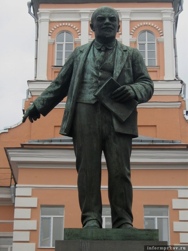 На фото: Точно такой же памятник В.И.Ленину работы М. Я. Харламова, как и в Пскове, был открыт 8 августа 1926 года в Ленинграде перед заводоуправлением Невского завода, где и стоит по сей день. Фото из Живого Журнала babs71.
