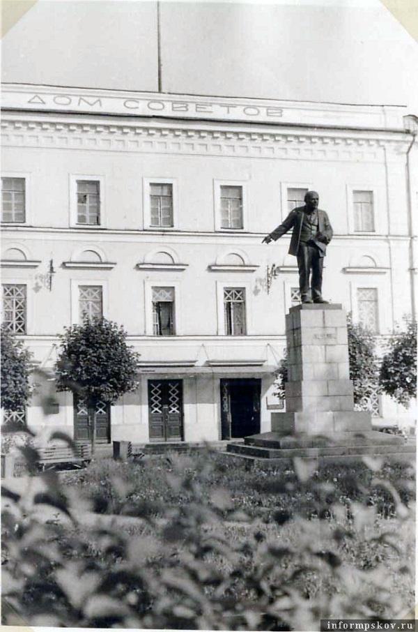 На фото: Июль 1941 года. Памятник Ленину еще находится на пьедестале у Дома Советов.