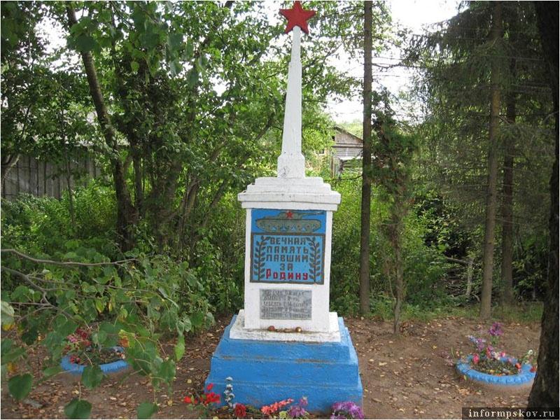На фото: Памятник в Лудонях, установленный Михаилом Алексеевичем Терентьевым.