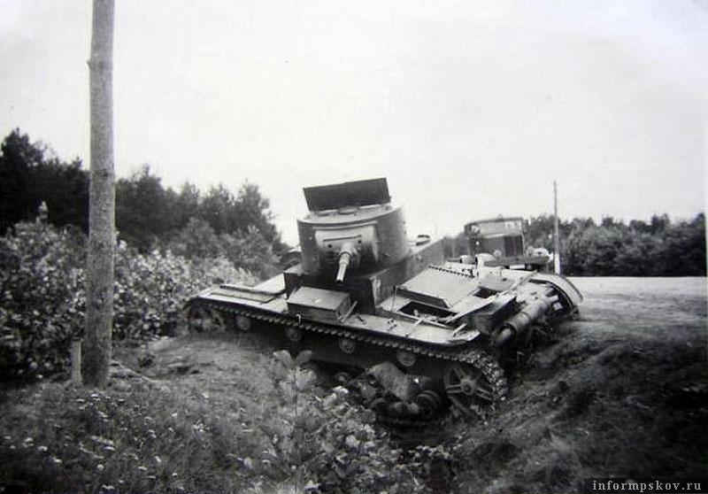 На фото: Танк Т-26 образца 1933 года 42-го танкового полка 21-й танковой дивизии 10-го мехкорпуса, подбитый на шоссе Псков-Луга 11 июля 1941 года.