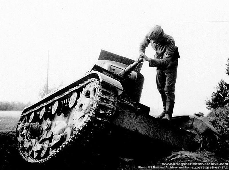 На фото: Фото этого же танка, сделанное фотографом SS-Kriegsberichter Baumann'ом (дивизия СС Мертвая голова). US National Archives and Records Administration (NARA), с сайта www.kriegsberichter-archive.com