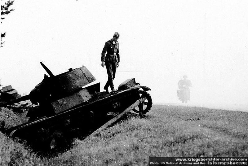 На фото: Рядом с танком с предыдущих фото находится танк Т-26 образца 1939 года. Фото сделанно фотографом SS-Kriegsberichter Baumann'ом (дивизия СС Мертвая голова).  US National Archives and Records Administration (NARA), с сайта www.kriegsberichter-archive.com