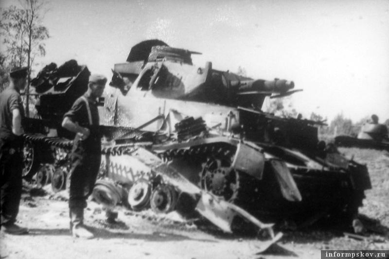 На фото: Предположительно в этом бою был подбит и полностью сгорел Pz.Kpfw.IV Ausf.C бортовой номер 800 командира 8-й роты 1-го танкового полка 1-й танковой дивизии. 8-я рота принимала активное участие в бою в Соловьях, о котором я уже писал. Позади виден сгоревший советский танк Т-26.